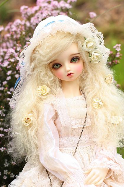 muñeca con cabello rubio