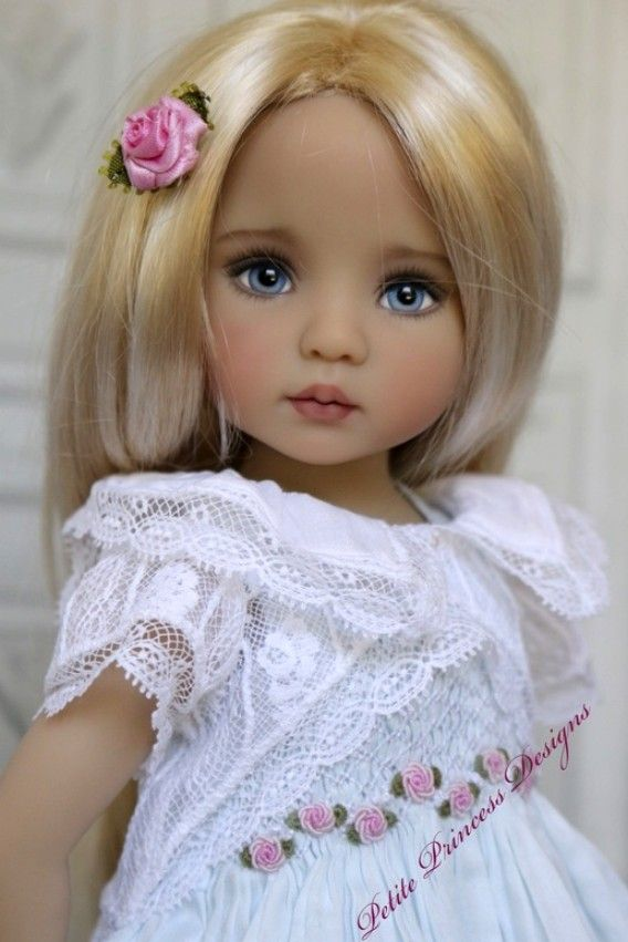 muñeca con una rosa