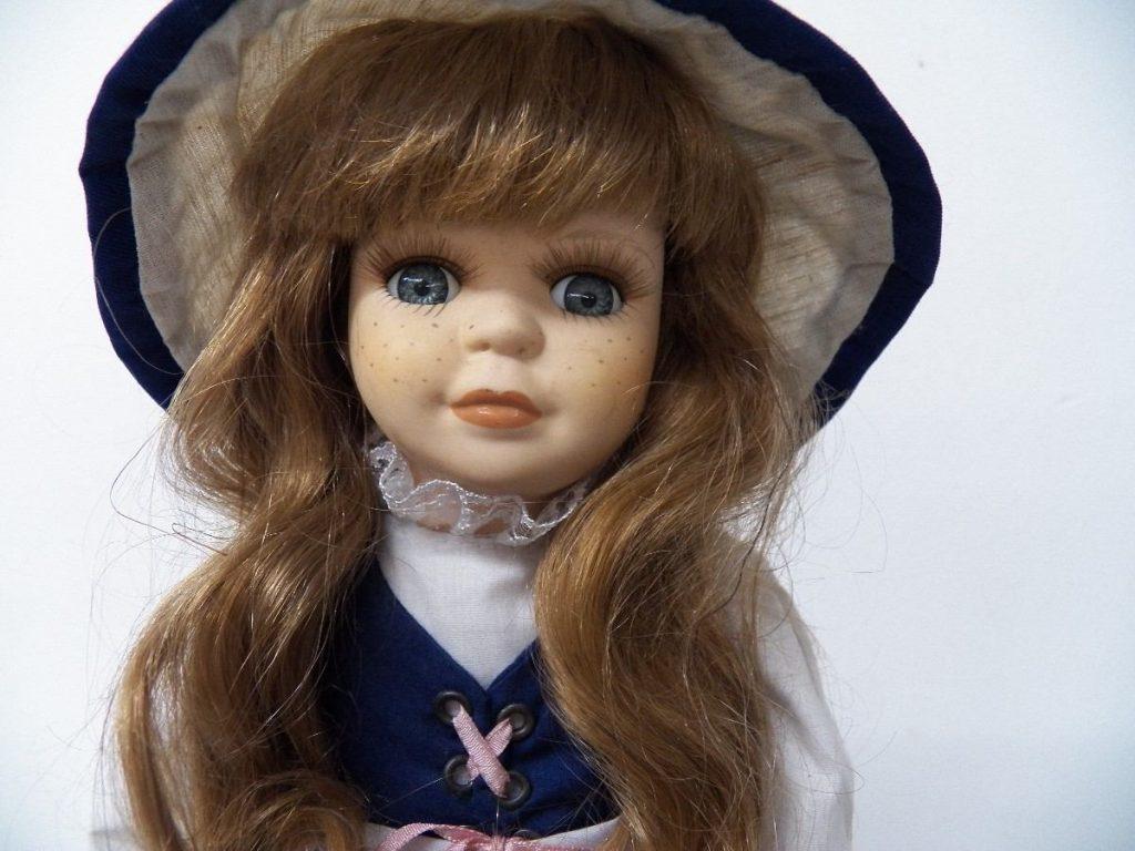 muñeca de porcelana con sombrero