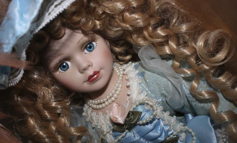muñeca de porcelana rizos
