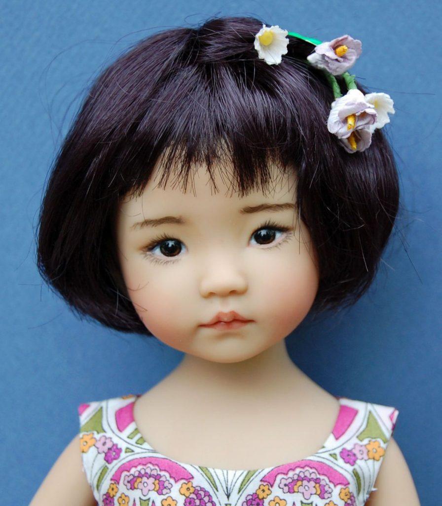muñeca flores en el cabello