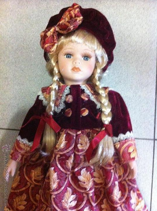 muñeca rubia de porcelana