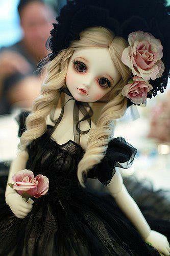 muñeca vestida de negro