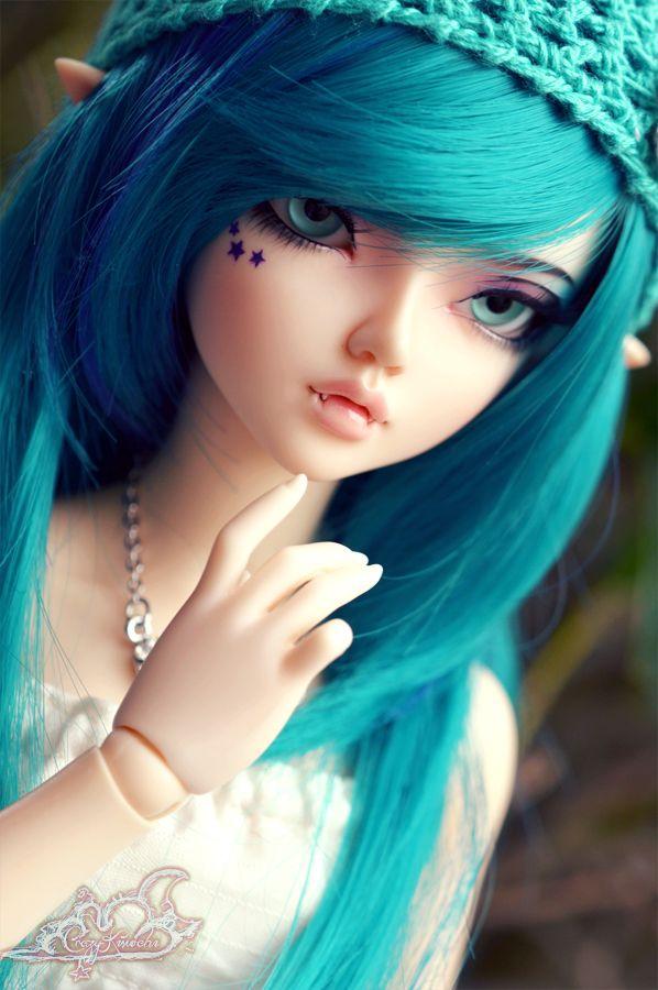 muñequita de cabello azul