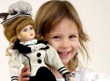 niña con muñeca de porcelana